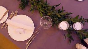 Tablas en el banquete de la boda Decoraciones de la boda Cierre para arriba metrajes