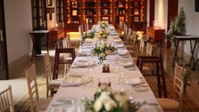 Tablas en el banquete de la boda Decoraciones de la boda El casarse en t almacen de video