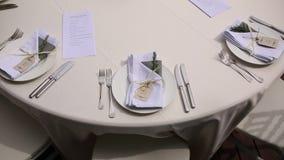 Tablas en el banquete de la boda Decoraciones de la boda El casarse en t almacen de metraje de vídeo