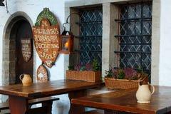 Tablas en la terraza de la calle del dragón de Kolmas Draakon III del pub Foto de archivo