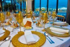 Tablas fijadas, partido de cena con vista al mar, decoración del evento del banquete de la conferencia Imagen de archivo libre de regalías