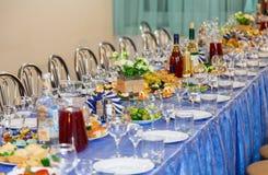 Tablas servidas en el banquete Bebida, alcohol, delicadezas y bocados abastecimiento Un evento de la recepción Imagenes de archivo