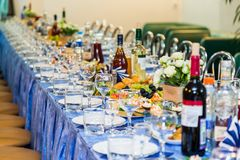 Tablas servidas en el banquete Bebida, alcohol, delicadezas y bocados abastecimiento Un evento de la recepción fotografía de archivo