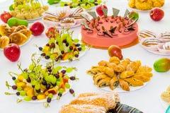 Tablas servidas en el banquete Postres, fruta y pasteles en la comida fría abastecimiento fotografía de archivo
