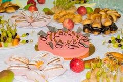 Tablas servidas en el banquete Postres, fruta y pasteles en la comida fría Vidrio abastecimiento imágenes de archivo libres de regalías