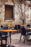 Tablas vacías de la terraza en la atmósfera medieval Imágenes de archivo libres de regalías