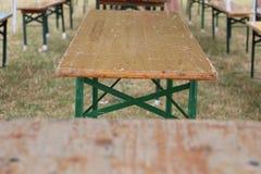 Tablas y bancos de madera del partido Imagenes de archivo