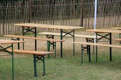 Tablas y bancos de madera de la parte Foto de archivo