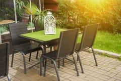 Tablas y muchas sillas en una terraza Foto de archivo libre de regalías