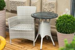 Tablas y muchas sillas en una terraza Imagen de archivo