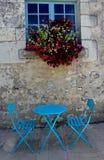 Tablas y sillas azules artísticas Foto de archivo libre de regalías