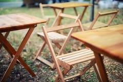 Tablas y sillas cerca de la profundidad baja de la barra del campo Foto de archivo