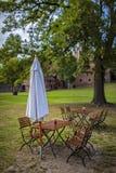 Tablas y sillas con el paraguas en una barra del jardín en Brandeburgo fotos de archivo
