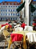 Tablas y sillas de los cafés de la calle en la gente que espera de la ciudad vieja para relajar y para tener una taza de restaur foto de archivo