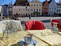 Tablas y sillas de los cafés de la calle en la gente que espera de la ciudad vieja para relajar y para tener una taza de restaur imagen de archivo