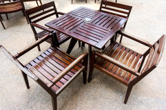 Tablas y sillas de madera Foto de archivo