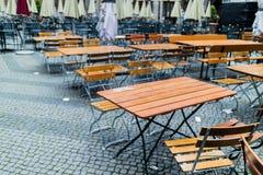 Tablas y sillas de madera de rejilla simples Imagen de archivo libre de regalías