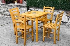 Tablas y sillas en café o restaurantes, afuera Foto de archivo libre de regalías
