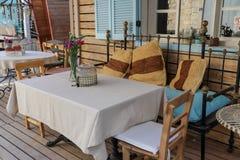 Tablas y sillas en café o restaurantes, afuera Imágenes de archivo libres de regalías