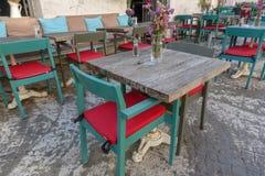 Tablas y sillas en café o restaurantes, afuera Fotos de archivo