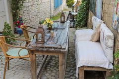 Tablas y sillas en café o restaurantes, afuera Imagenes de archivo