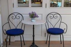 Tablas y sillas en café o restaurantes, afuera Foto de archivo