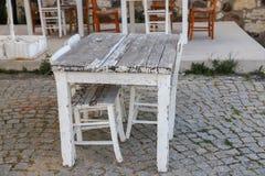 Tablas y sillas en café o restaurantes, afuera Fotos de archivo libres de regalías