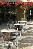 Tablas y sillas en el café al aire libre mediterráneo Foto de archivo libre de regalías