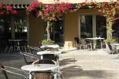 Tablas y sillas en el patio mediterráneo del hotel Fotos de archivo