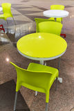 Tablas y sillas plásticas en café Imagenes de archivo