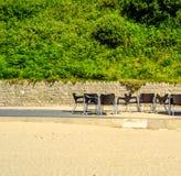 Tablas y sillas vacías delante del restaurante, lugar al ser Foto de archivo libre de regalías