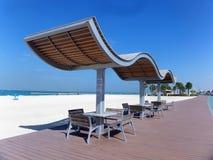 Tablas y sillas vacías en un café en la playa Fotografía de archivo libre de regalías