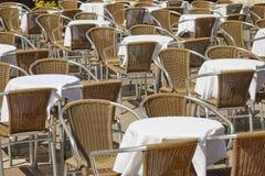 Tablas y sillas vacías, nadie de la acera en un día de verano soleado imagenes de archivo