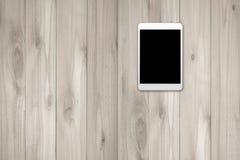 Tablate con mofa negra de la pantalla para arriba en la madera imagen de archivo