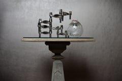 Table élégante avec la sculpture abstraite photos libres de droits