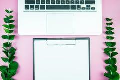 Table élégante du ` s de femmes Espace de travail avec la station thermale gratuite vide de livre blanc Image stock