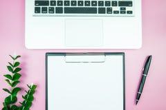 Table élégante du ` s de femmes Espace de travail avec la station thermale gratuite vide de livre blanc Images stock