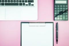 Table élégante du ` s de femmes Espace de travail avec la station thermale gratuite vide de livre blanc Image libre de droits