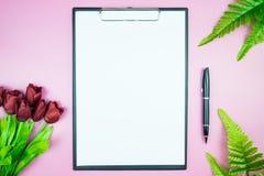 Table élégante du ` s de femmes Espace de travail avec la station thermale gratuite vide de livre blanc Photos stock