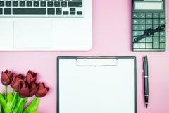 Table élégante du ` s de femmes Espace de travail avec la station thermale gratuite vide de livre blanc Photo libre de droits