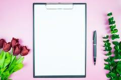 Table élégante du ` s de femmes Espace de travail avec la station thermale gratuite vide de livre blanc Images libres de droits