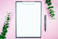 Table élégante du ` s de femmes Espace de travail avec la station thermale gratuite vide de livre blanc Photo stock