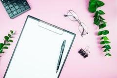 Table élégante du ` s de femmes Espace de travail avec la station thermale gratuite vide de livre blanc Photographie stock libre de droits