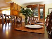 Table étendue dans la salle à manger Image libre de droits