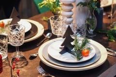 Table admirablement décorée pour le dîner de Noël Image libre de droits