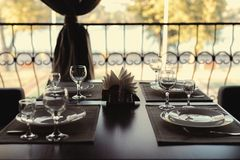 Table admirablement servie dans un restaurant photos libres de droits