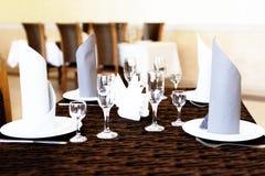 Table admirablement servie dans un restaurant photos libres de droits