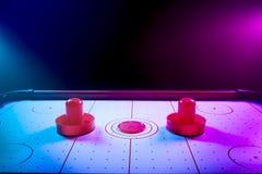 Table allumée dramatique d'hockey d'air avec le galet et les palettes Photo libre de droits