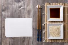 Table asiatique avec la note de baguettes, de sauce de soja et de riz et blanche Photo libre de droits