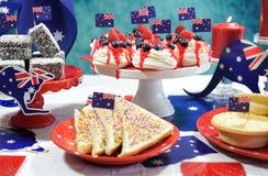 Table australienne de partie de thème avec les drapeaux et la nourriture iconique image libre de droits